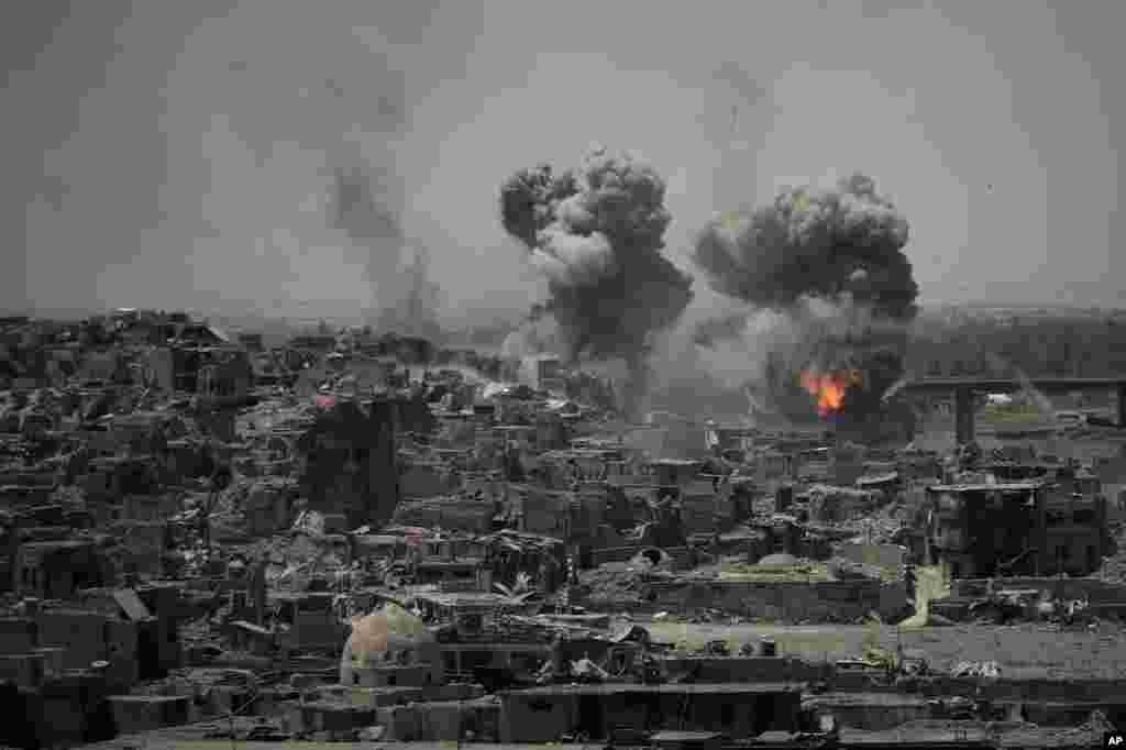 حمله های هوایی به مواضع داعش یک روز پس از آن که نخست وزیر عراق آزادی کامل موصل را اعلام کرد.