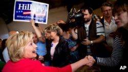 16일 미국 켄터키 주 파두카 시의 한 식당에서 민주당의 힐러리 클린턴 경선 후보가 선거 운동을 벌이고 있다.
