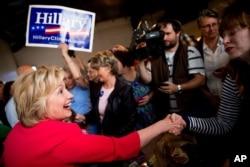 ທ່ານນາງ Hillary Clinton ຖາມສະບາຍຜູ້ຄົນ ທີ່ຮ້ານອາຫານ Lone Oak Little Castle ໃນເມືອງ Paducah ລັດ Ky.
