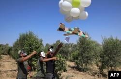 Warga Palestina melepaskan balon ke arah Israel dari Jalur Gaza utara, 4 September 2021. (Foto: Mahmud Hams/AFP)