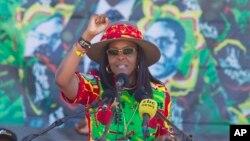 L'ex-première dame Grace Mugabe salue les militants à Lupane, à 170 kilomètres au nord de Bulawayo, Zimbabwe, le 21 juillet 2017.