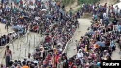Người tị nạn Rohingya xếp hàng chờ cứu trợ tại Cox's Bazar, Bangladesh, ngày 26/10/2017. REUTERS/Cathal McNaughton