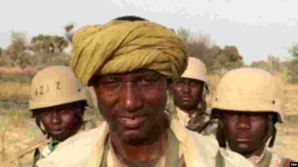 Le chef des operations de l'armée nigérienne, le lieut. Issoufou Marou répondant à une interview de VOA, à la frontière du Nigéria et le Niger