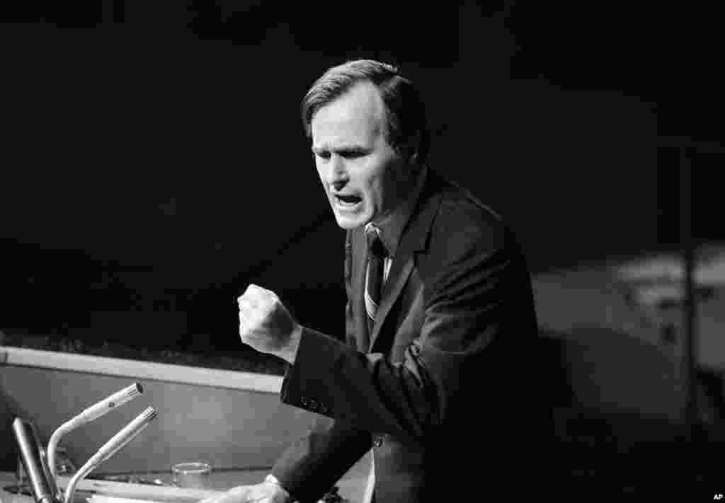 """1971年10月18日,美国驻联合国大使乔治·布什在辩论中国问题时发表讲话。 他否认美国要的是""""两个中国""""或者""""一中一台""""计划。"""