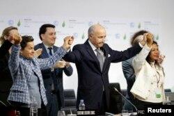 Laurent Fabius, chủ tịch hội nghị biến đổi khí hậu tàn cầu COP21, sau khi tuyên bố đạt được thỏa thuận ở Paris, ngày 12 tháng 12, 2015