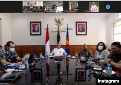 Dubes RI untuk Myanmar, Prof. Dr. Iza Fadri memimpin pertemuan via zoom dengan Warga Negara Indonesia di Myanmar untuk menyampaikan perkembangan situasi Kudeta di Myanmar, Senin 8 Februari 2021 pukul 14.30 waktu Yangon. (Foto: IG/ KBRI Yangon)