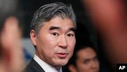 도쿄를 방문한 성 김 미 국무부 대북정책 특별대표가 8일 일본 외무성의 이하라 준이지 아시아대양주 국장과 회담한 후 기자들의 질문에 답하고 있다.