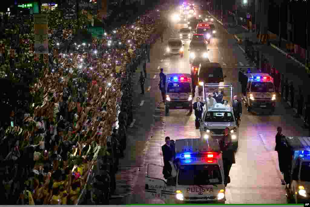 A huge crowd of Filipinos gather to they welcome the motorcade of Pope Francis.