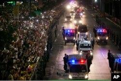 大批信众兴奋地聚集在马尼拉的大道两边,欢迎教宗来访。(2015年1月15日)
