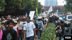 Ribuan petani tembakau melakukan unjuk rasa di kawasan Kuningan, Jakarta hari Selasa untuk menolak RPP Tembakau (3/7).