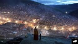 一位尼姑站在四川省甘孜藏族自治州色达县境内的喇荣五明佛学院的宿舍附近(2006年10月1日)