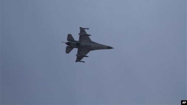 An Israeli F-16 jet fighter flies near the city of Ashdod, Nov. 18, 2012 (file photo).