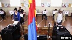 Warga Mongolia memilih anggota parlemen baru di salah satu TPS dekat ibukota Mongolia, Ulan Bator (28/6).