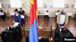 Cử tri Mông Cổ đi bỏ phiếu ở vùng ngoại ô của thủ đô Ulan Bator, ngày 28/6/2012