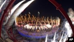 Pháo hoa rực sáng trên sân vận động Olympic trong lễ khai mạc Thế vận hội mùa hè 2012, 27/7/2012