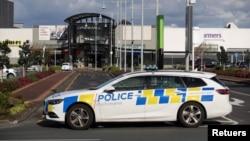 Cảnh sát tới hiện trường vụ tấn công bằng dao bởi một người đàn ông đã bị hạ sát sau khi đâm 6 người tại một siêu thị ở Auckland, New Zealand.