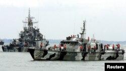Kapal Angkatan Laut Indonesia meninggalkan pelabuhan pulau Tanjung Uban untuk operasi di Selat Malaka. (Foto: Dok)