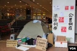 2019年7月11日,香港政府總部附近金鐘地鐵站出口的反送中抗議絕食者營地(美國之音記者申華拍攝)