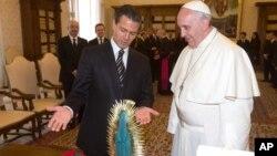 Peña Nieto entregó al papa una estatuilla de la virgen de Guadalupe y una camiseta de la selección mexicana.