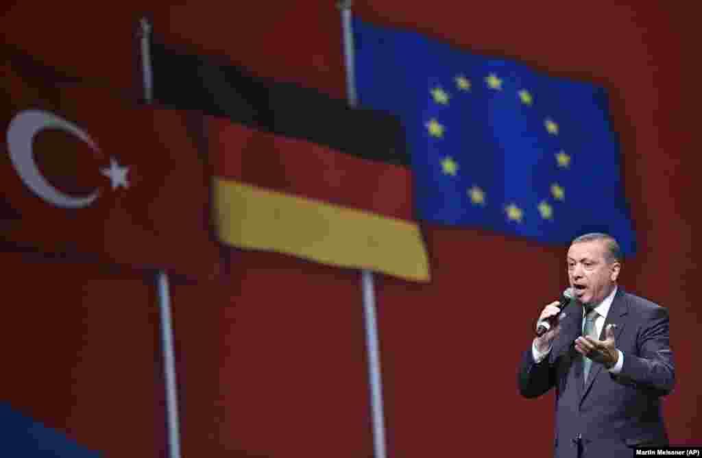Başbakan Recep Tayyip Erdoğan Köln'deki Lanxess Arena'da 15 bin kişiye hitap etti.