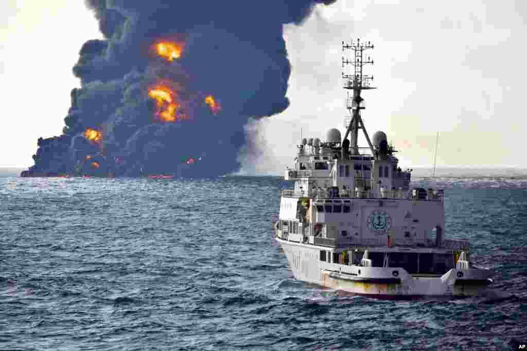 2018年1月14日中国交通运输部提供的照片显示,在东中国海上,一艘救援船在燃烧的伊朗油轮桑吉号附近。 中国运输部发言人表示,沉没的伊朗油船发生的大火已经燃尽。但人们仍然担心这可能对海床和周边海域造成重大污染。