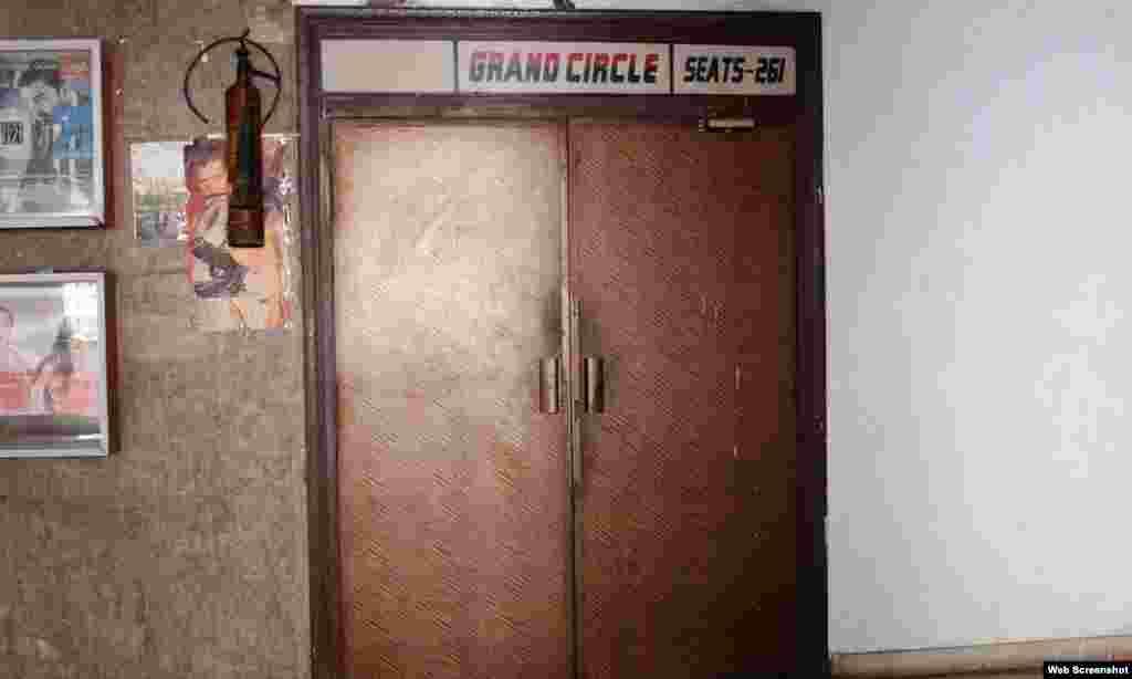 پرانے وقتوں کی یادیں تازہ کراتا سنیما ہال کا اندرونی دروازہ۔