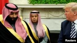 Prezidan Donald Trump ki tap di 2 mo pandan li tap resevwa Prens Kouwone Arabi Sawoudit la, Mohammed bin Salman, nan salon Oval la nan Washington.- (Foto: 20 mas 2018).