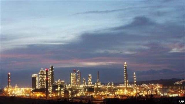 Nhà máy lọc dầu Dung Quất trong tỉnh Quảng Ngải, nhà máy lọc dầu đầu tiên của Việt Nam.