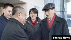 중국의 북 핵 6자 회담 수석대표인 우다웨이 외교부 한반도사무특별대표(모자 쓴 인물)가 지난달 2일 북한의 장거리 로켓 발사에 반대한다는 입장을 전달하기 위해 평양을 전격 방문했다. 북한은 중국의 반대에도 불구하고 로켓 발사를 강행했다. (자료사진)
