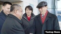 지난 2월 북한을 전격 방문한 북핵 6자 회담 중국 수석대표인 우다웨이 외교부 한반도사무특별대표(오른쪽)가 평양국제공항에 도착한 모습. (자료사진)