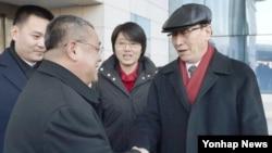 북핵 6자 회담 중국 수석대표인 우다웨이 외교부 한반도사무특별대표(모자 쓴 인물)가 2일 북한을 전격 방문했다. 2일 오후 평양국제공항에 도착한 모습.