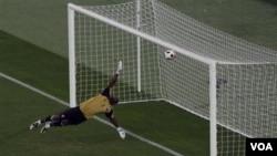 Kiper Qatar Qasem Burhan gagal menyelamatkan bola yang dilepaskan gelandang Uzbekistan Odil Akhmedov dalam pertandingan grup A Piala Asia di Stadion Khalifa, Doha.