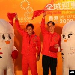 歌手谭咏麟(左)与民政局长曾德成呼吁市民撑东亚运