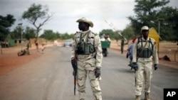 Anggota pasukan Mali berjaga di sebuah pos di jalan Gao luar Sevare, sekitar 620 kilometer (385 mil) utara ibukota Mali Bamako, Minggu 27 Januari, 2013. (AP Photo / Jerome Delay). Pasukan Perancis telah merebut bandara dan jalan-jalan menuju kota Timbuktu, Mali.