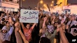 ຊາວຊາອຸດີອາຣາເບຍ ພາກັນຮ້ອງຄຳຂວັນຕໍ່ຕ້ານ ໃນລະຫວ່າງການປະທ້ວງ ທີ່ເມືອງ Qatif (10 ມີນາ 2011)