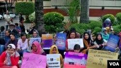 Aktivis yang tergabung dalam Jangkar KPtPA Jawa Timur melakukan aksi tolak RUU KUHP di Gedung DPRD Jawa Timur. (Foto VOA/Petrus Riski)