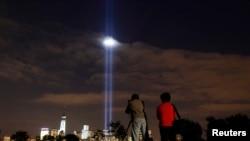 2013年9月10日从新泽西州自由州立公园观看致敬之光照耀在纽约世贸中心的夜景。