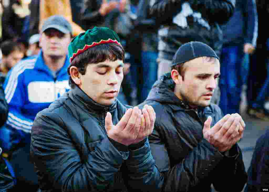 Men complete their prayers on a closed street, Moscow, Oct. 15, 2013. (Vera Undritz for VOA)