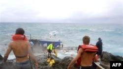 Nhân viên cứu hộ trên bờ đá ở đảo Christmas trong một nỗ lực cứu các nạn nhân trên chiếc thuyền gỗ bị vỡ, ngày 15/12/2010