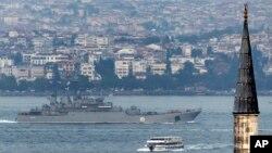 Tàu chiến Nga đi qua Bosphorus, Istanbul, trên đường tới Địa Trung Hải ngày 6/10/2015.