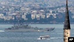 ເຮືອລົບ ຣັດເຊຍ ແລ່ນຜ່ານຊ່ອງແຄບ Bosphorus ທີ່ນະຄອນ Istanbul, ເພື່ອເດີນທາງໄປຍັງທະເລ Mediterranean, ວັນທີ 6 ຕຸລາ 2015.