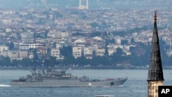 ایک روسی جنگی جہاز استنبول کے نزدیک سے گزر رہا ہے (فائل)