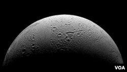 Enceladus, bulan terbesar keenam yang mengelilingi planet Saturnus.