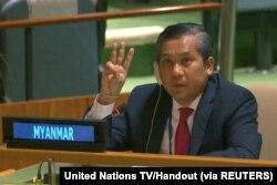 Duta Besar Myanmar untuk PBB Kyaw Moe Tun mengacungkan salam tiga jari untuk menutup pidatonya di hadapan Majelis Umum PBB memohon bantuan internasional untuk menindak kudeta militer di Myanmar, Februari 2021.
