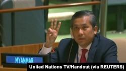 缅甸驻联合国大使觉莫吞(Kyaw Moe Tun)在联大讲话后举手行三指礼。(路透社2月26日照片)