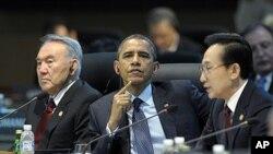 Shugaban Amurka Barack Obama yake sauraron mai ma saukin baki Shugaban korea ta kudu, daga hanun daman shugaban Amurka.