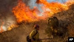 Bomberos batallan contra un incendio en Cajon Boulevard, en Keenbrook, California, el miércoles, 17 de agosto de 2016.