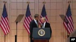El presidente Obama fue recibido por el sobreviviente del holocausto y premio Nobel de la Paz, Elie Wiesel.