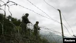 لائن آف کنٹرول پر تعینات بھارتی فوجی (فائل فوٹو)