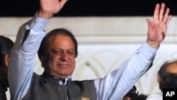 파키스탄 총선에서 승리가 확정된 후 지지자들에게 손을 흔드는 나와즈 샤리프 전 총리.